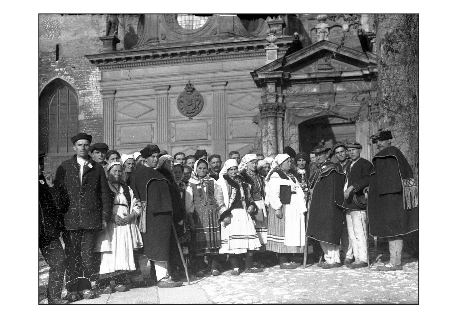 Лемкы перед катедром в Кракові, 1934 р