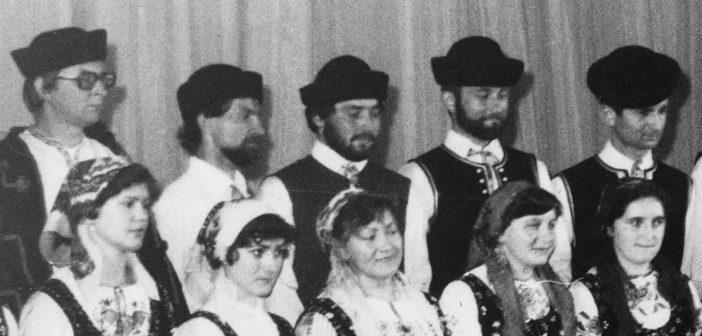 Владимір Гнатишак в тенорах «Лемковины» (в середині; стоіт над бл. п. М. Стеранком-Трохановском)