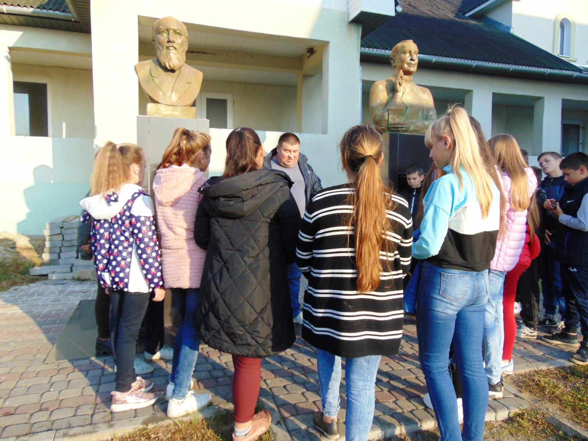 Як учітель вказує своїм школярям і русиньскы памятны місця.